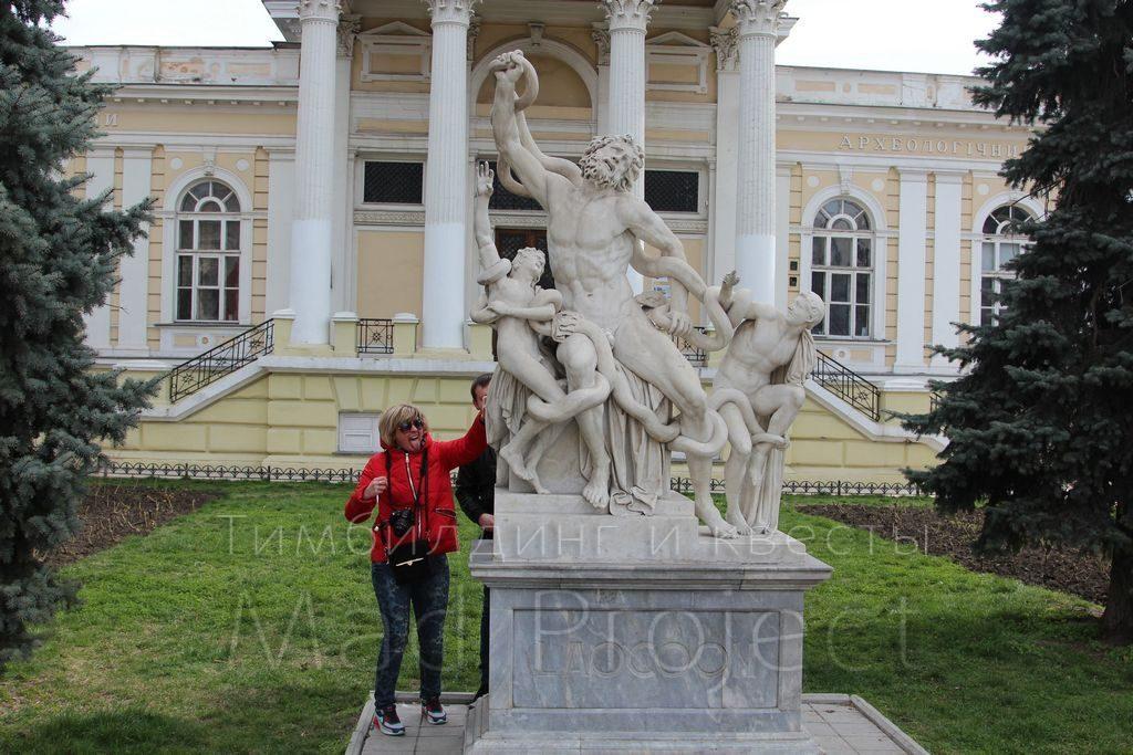 Задание у памятника